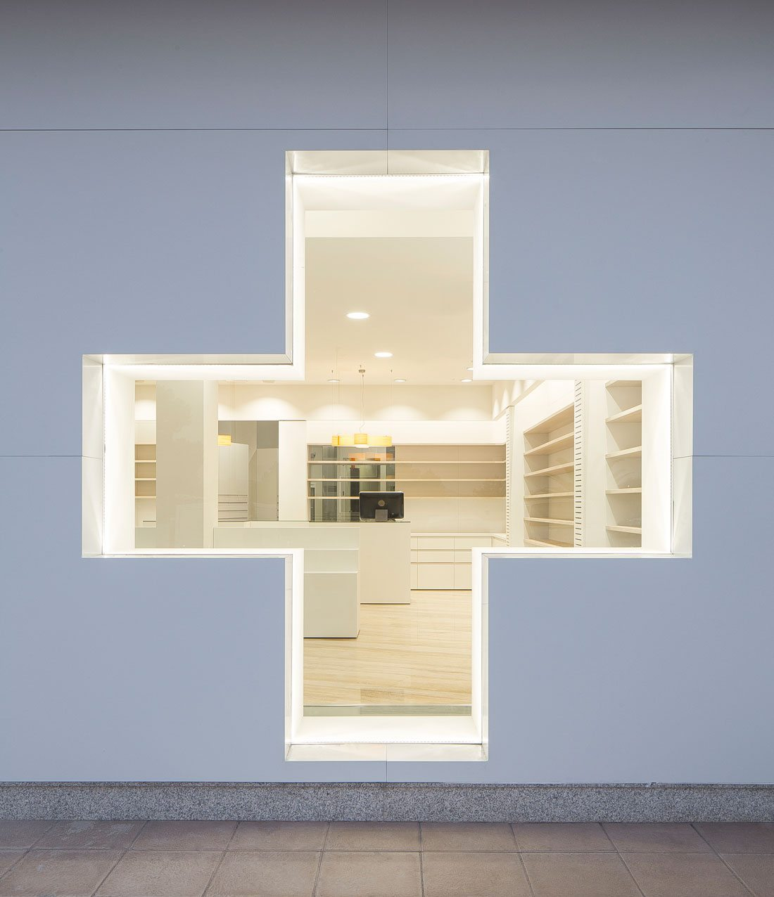 farmacia coloma. escaparate con forma de cruz.
