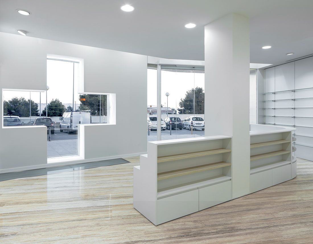 farmacia coloma. diseño de mueble en escalera para exponer productos.