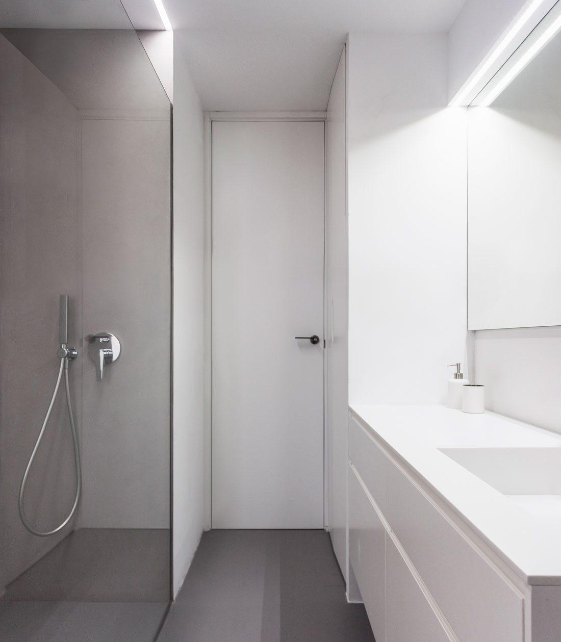 casa uno. cuarto de baño con suelo de microcemento y mobiliario de corian.