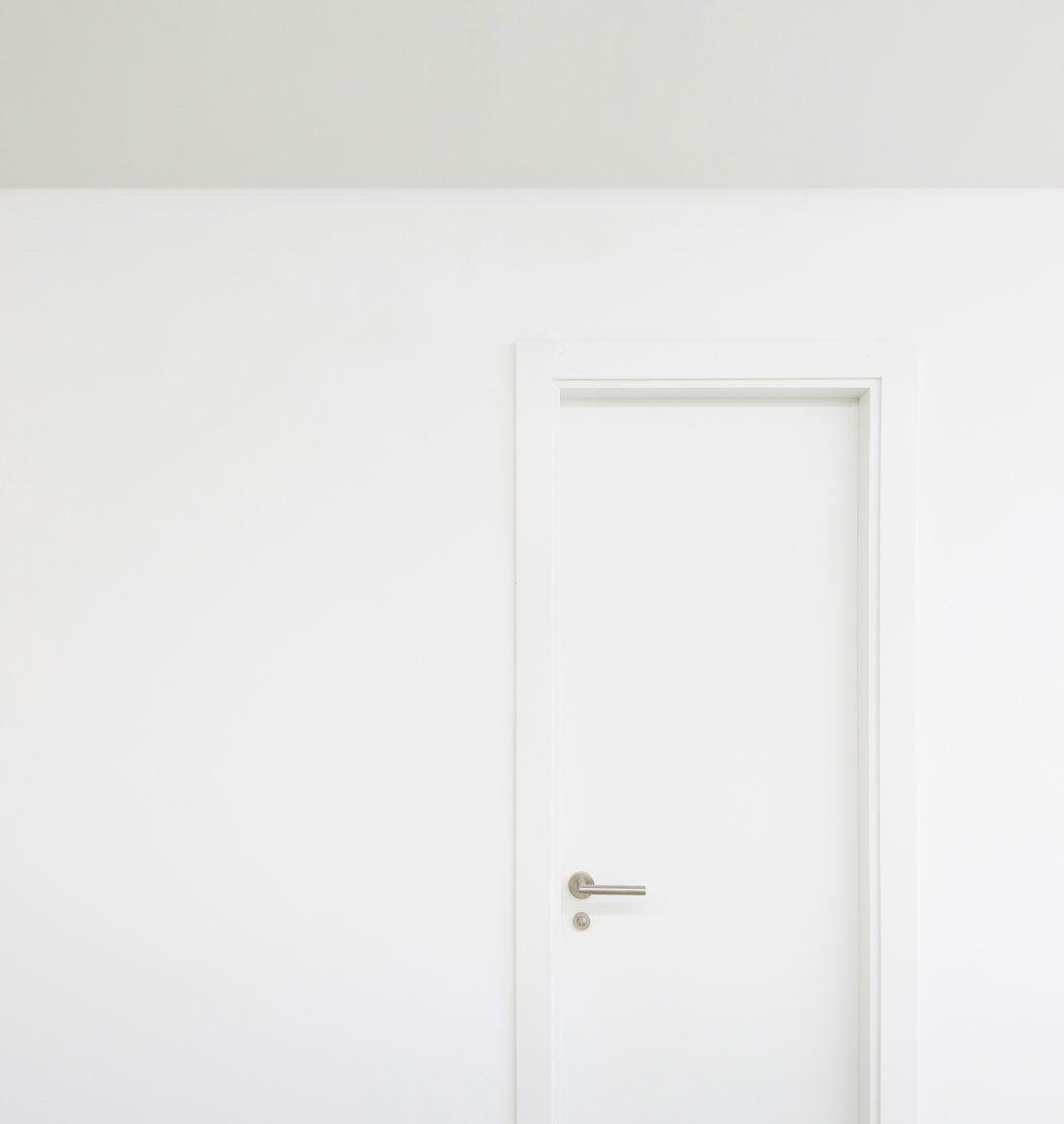 estudio apolo. puerta minimalista