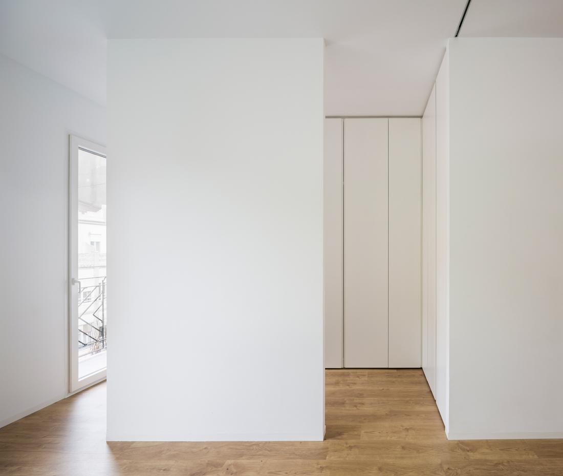 reforma ático babel arquitecto valencia foto daniel rueda cuerda vestidor blanco suelo madera